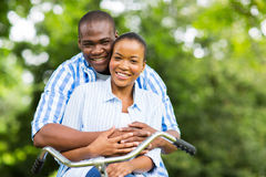 Αφρικανική χαλάρωση ζευγών στοκ εικόνα με δικαίωμα ελεύθερης χρήσης