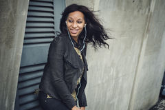 Αφρικανική χαλάρωση Con ψυχαγωγίας μέσων μουσικής ακούσματος γυναικών Στοκ Φωτογραφίες