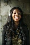 Αφρικανική χαλάρωση Con ψυχαγωγίας μέσων μουσικής ακούσματος γυναικών Στοκ Εικόνες
