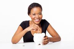 Αφρικανική piggy τράπεζα γυναικών Στοκ Φωτογραφίες