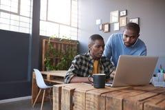 Αφρικανικοί επιχειρηματίες στην εργασία για ένα lap-top σε ένα γραφείο Στοκ εικόνα με δικαίωμα ελεύθερης χρήσης