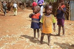 Αφρικανικοί παιδιά και τουρίστες Στοκ Εικόνες