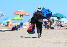 Αφρικανικοί πετσέτα και πωλητής σορτς στην παραλία θερέτρου Στοκ Φωτογραφίες
