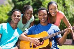 Αφρικανικοί φίλοι κολλεγίων στοκ εικόνες