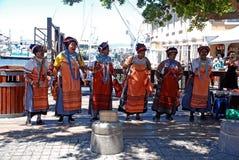 Αφρικανικοί φυλετικοί τραγουδιστές στην προκυμαία στο Καίηπτάουν, νότος Afri Στοκ Φωτογραφίες