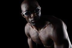 Αφρικανικός αθλητής με τα κολυμπώντας προστατευτικά δίοπτρα που κοιτάζει μακριά στοκ εικόνες