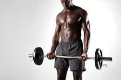Αφρικανικός αθλητικός τύπος που ασκεί με το barbell Στοκ Φωτογραφίες