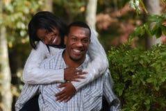 Αφρικανικός-αμερικανικό ζεύγος που απολαμβάνει eachother στοκ εικόνες