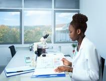 Αφρικανικός επιστήμονας, απόφοιτος φοιτητής ή ιατρικός δοκιμαστικός συντονιστής Στοκ Εικόνες
