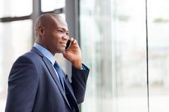 Αφρικανικός επιχειρηματίας κινητός Στοκ Εικόνες