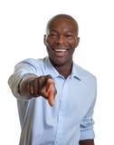 Αφρικανικός επιχειρηματίας με το δεσμό που δείχνει στη κάμερα Στοκ Εικόνα