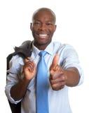 Αφρικανικός επιχειρηματίας με το σακάκι που παρουσιάζει αντίχειρα Στοκ Εικόνες