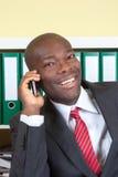 Αφρικανικός επιχειρηματίας που γελά στο τηλέφωνο Στοκ Εικόνες