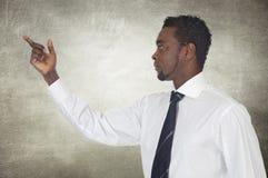 Αφρικανικός επιχειρηματίας που δείχνει κάτι Στοκ εικόνες με δικαίωμα ελεύθερης χρήσης