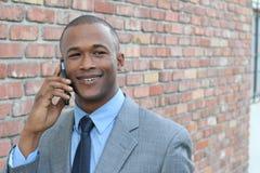 Αφρικανικός επιχειρηματίας που καλεί τηλεφωνικώς απομονωμένος Στοκ φωτογραφίες με δικαίωμα ελεύθερης χρήσης