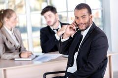 Αφρικανικός επιχειρηματίας που μιλά στο κινητό τηλέφωνό του Successfu τρία Στοκ Φωτογραφίες