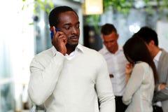 Αφρικανικός επιχειρηματίας που μιλά στο smartphone Στοκ φωτογραφία με δικαίωμα ελεύθερης χρήσης