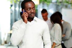 Αφρικανικός επιχειρηματίας που μιλά στο smartphone Στοκ Εικόνα