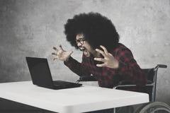 Αφρικανικός επιχειρηματίας που φωνάζει στο lap-top του Στοκ Φωτογραφία