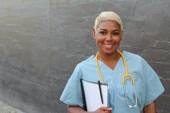 Αφρικανικός θηλυκός γιατρός που απομονώνεται σε γκρίζο Στοκ Φωτογραφίες