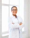 Αφρικανικός θηλυκός γιατρός στο νοσοκομείο στοκ εικόνα με δικαίωμα ελεύθερης χρήσης