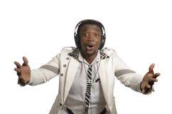 Αφρικανικός καλλιτέχνης που έχει τη διασκέδαση με τα επικεφαλής τηλέφωνα Στοκ εικόνες με δικαίωμα ελεύθερης χρήσης