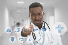 0 αφρικανικός μαύρος αρσενικός γιατρός που δείχνει το δάχτυλο σε σας με το στηθοσκόπιο γύρω από το λαιμό του Στοκ Φωτογραφίες