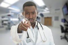0 αφρικανικός μαύρος αρσενικός γιατρός που δείχνει το δάχτυλο σε σας με το στηθοσκόπιο γύρω από το λαιμό του Στοκ φωτογραφία με δικαίωμα ελεύθερης χρήσης