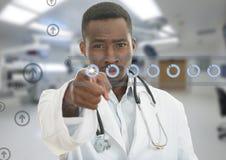 0 αφρικανικός μαύρος αρσενικός γιατρός που δείχνει το δάχτυλο σε σας με το στηθοσκόπιο γύρω από το λαιμό του Στοκ Φωτογραφία
