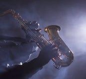 Αφρικανικός μουσικός τζαζ που παίζει το saxophone στοκ εικόνες