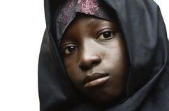 Αφρικανικός μουσουλμανικός ιματισμός που φοριέται ένα όμορφο αφρικανικό κορίτσι που απομονώνεται από στο λευκό Στοκ εικόνες με δικαίωμα ελεύθερης χρήσης