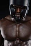 Αφρικανικός μπόξερ που φορά την προστατευτική επικεφαλής φρουρά Στοκ φωτογραφία με δικαίωμα ελεύθερης χρήσης