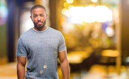 Αφρικανικός νεαρός άνδρας πέρα από το άσπρο υπόβαθρο Στοκ Φωτογραφίες