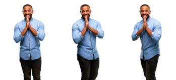 Αφρικανικός νεαρός άνδρας που απομονώνεται πέρα από το άσπρο υπόβαθρο στοκ εικόνες