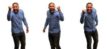 Αφρικανικός νεαρός άνδρας που απομονώνεται πέρα από το άσπρο υπόβαθρο Στοκ φωτογραφία με δικαίωμα ελεύθερης χρήσης
