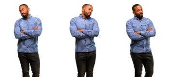 Αφρικανικός νεαρός άνδρας που απομονώνεται πέρα από το άσπρο υπόβαθρο Στοκ Φωτογραφία