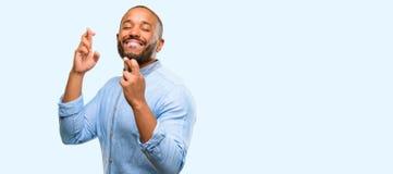 Αφρικανικός νεαρός άνδρας που απομονώνεται πέρα από το άσπρο υπόβαθρο στοκ εικόνα με δικαίωμα ελεύθερης χρήσης