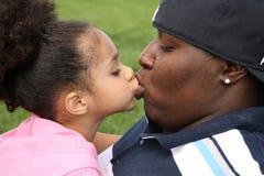 αφρικανικός πατέρας παιδ&iot Στοκ Εικόνες
