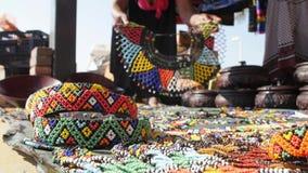 Αφρικανικός πωλητής χαντρών/άτυπη νοτιοαφρικανική προέλευση εμπόρων απόθεμα βίντεο