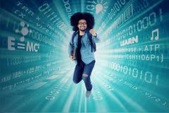 Αφρικανικός σπουδαστής που τρέχει με το δυαδικό κώδικα Στοκ Φωτογραφία