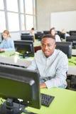 Αφρικανικός σπουδαστής στην κατάρτιση υπολογιστών στοκ φωτογραφία με δικαίωμα ελεύθερης χρήσης
