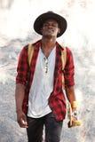 Αφρικανικός τύπος Ccool με skateboard και το περπάτημα εκμετάλλευσης καπέλων υπαίθρια Στοκ Φωτογραφία