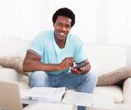 Αφρικανικός υπολογισμός νεαρών άνδρων στοκ εικόνες