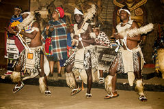 Αφρικανικός φυλετικός χορός στα παραδοσιακά χειροποίητα κοστούμια στοκ φωτογραφία