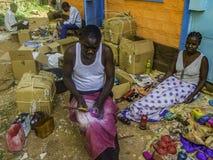 Αφρικανικός soapstone καλλιτέχνης που εργάζεται στο υπαίθριο εργοστάσιο στοκ εικόνα με δικαίωμα ελεύθερης χρήσης