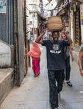 Αφρικανικό άτομο από zanzibar με το καλάθι στο κεφάλι Στοκ Εικόνες