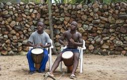 Αφρικανικό άτομο με τα τύμπανα bongo Στοκ Φωτογραφίες