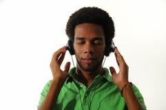 Αφρικανικό άτομο που απολαμβάνει τη μουσική με τα ακουστικά στοκ εικόνες