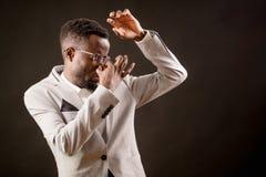 Αφρικανικό άτομο που κλείνει τη μύτη του με το δάχτυλο λόγω του φοβερού stentch στοκ φωτογραφίες