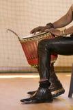 Αφρικανικό άτομο που παίζει τα παραδοσιακά όργανα Στοκ Εικόνες